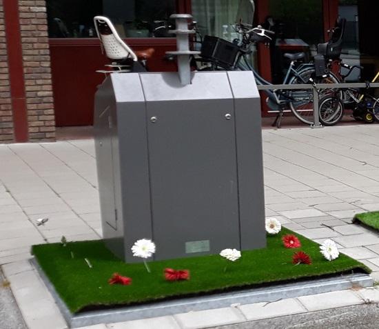 afvalcontainer met bloemen